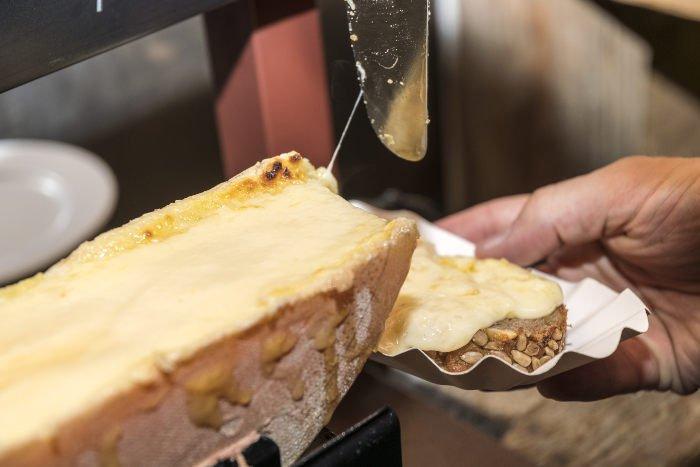 Mangiare la raclette a Ginevra