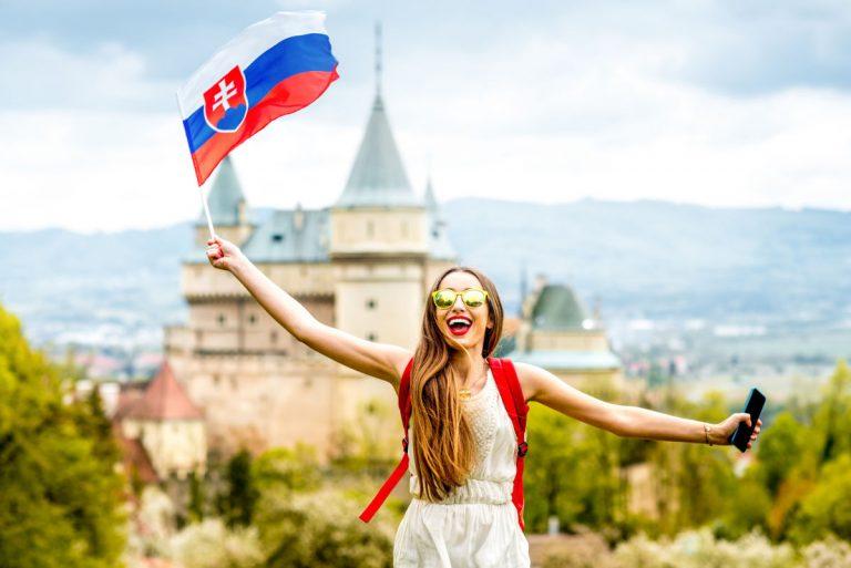 La bandiera slovacca è bianca, blu e rossa