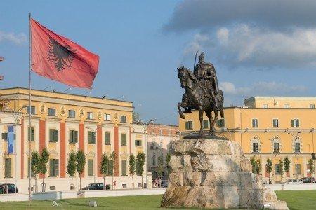 Visitare la piazza Skanderbeg a Tirana