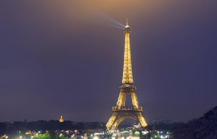 Vedere la Tour Eiffel con luci notturne