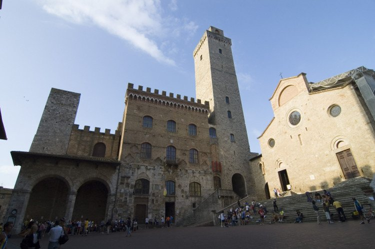 Visitare la Piazza del Duomo a San Gimignano