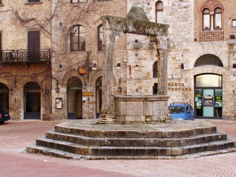 Visitare la Piazza della Cisterna a San Gimignano