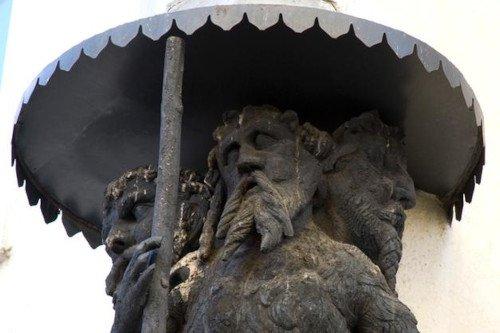 Cerca la statua dell'uomo a tre teste a Bressanone